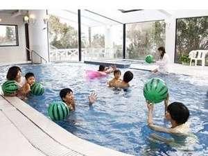 リゾートホテル海辺の果樹園:大人からお子様まで。屋内の温水プールは一年中楽しめます。
