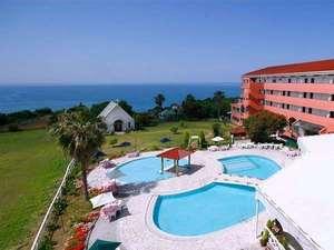 リゾートホテル海辺の果樹園:広くて青い海を臨む「屋外プール」