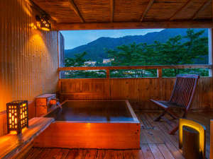 飛騨川沿いに佇む丹心の老舗宿 下呂温泉山形屋:大人気の貸切風呂は、≪贅沢に温泉かけ流し!≫四季折々の景色とともにお愉しみください♪