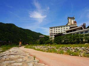 宿のすぐそばには、飛騨川と山々を見渡せる散歩道が♪晴れた日にはぜひ、探索してみては?