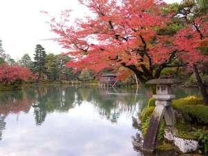秋の紅葉の兼六園<写真提供:金沢市>