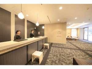 リッチモンドホテル札幌駅前:フロントスタッフがお客様のお越しを最高の笑顔でお迎えいたします☆
