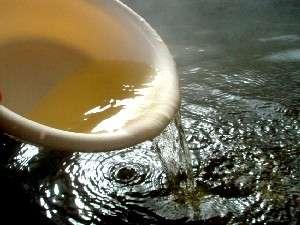 やすらぎと光彩の宿 ペンションかめやま園:湯船に溜めた温泉は黒い色っぽい。桶にすくってみると薄茶色が分かる