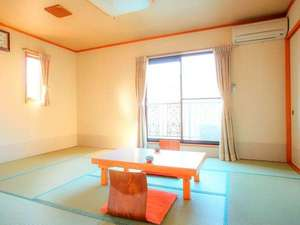 やすらぎと光彩の宿 ペンションかめやま園:清潔感のある和室(和洋室の特別室も1室あり)