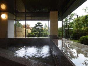 ゆらぎの里 ひだ山荘:*【温泉大浴場】源泉100%かけ流し!大きな窓から庭園を望む、心落ち着く温泉です