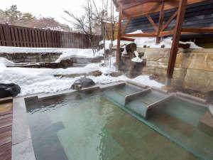 草津温泉 ホテル ヴィレッジ:露天風呂では、四季折々の風景と名湯草津温泉をお楽しみください。