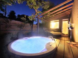 仙石原 別邸風雅<大人の時間を愉しむ宿>:夜は幻想的な雰囲気の貸切露天ジャグジー