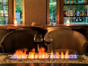 大人の時間を愉しむ宿 仙石原 別邸風雅:■暖炉の炎は、大切な方との語らいを深める脇役として非日常の空間を演出
