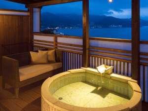 時間を旅する宿 海のはな:月の間露天風呂、テラスにはソファーを用意、シャワーブースあり