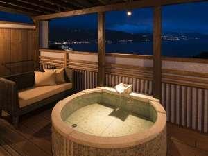 時間を旅する宿 海のはな:寛ぎスペースもあり快適な月の間/専用露天