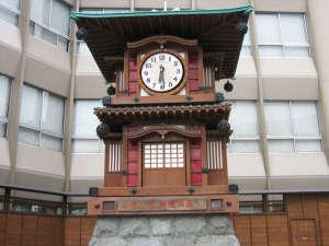 【道後からくり時計】道後温泉駅前に佇み、小説『坊っちゃん』のキャラクターが時間を告げる(松山市)