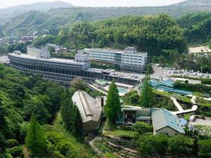 杉立山と石手川の渓谷沿いに佇む緑豊かなホテルです。