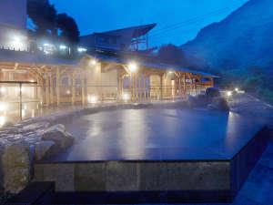 【翠明の湯-岩湯-】露天風呂がライトアップされてより良い雰囲気