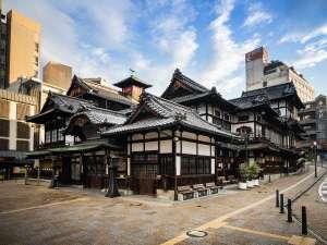 【道後温泉本館】3000年の歴史を誇る日本最古の温泉で、木造三層楼の建物は国の重要文化財に指定(松山市)