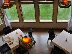 チミケップホテル:【レストラン】窓から見えるのはチミケップ湖と緑の木々たち。