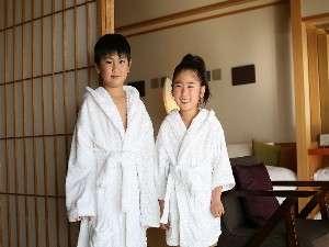 ちょっぴり大人体験♪露天付き客室にはお子様用のバスローブもご用意しています。