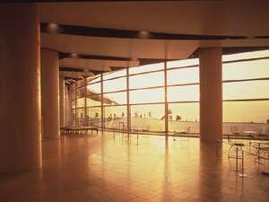 市内はたくさんの夕日スポットが。こちらは宿から車約5分の島根県立美術館。