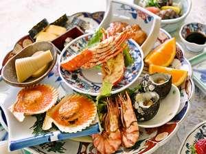あしずり温泉郷 足摺サニーサイドホテル:【皿鉢料理】皆で仲良く取り分けてお召し上がりいただく高知ならではの大皿料理。