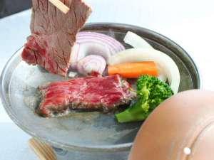 あしずり温泉郷 足摺サニーサイドホテル:土佐牛は陶板焼きにて焼き立てをお召し上がり頂けます。