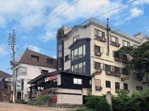 【外観】当館は赤倉温泉街の中心にあります。