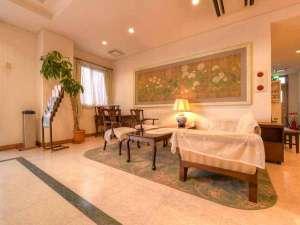 ホテルたちばな:*ロビー/イタリアのアンティーク家具に腰かけて、気分もちょっぴり優雅に。ごゆっくりお寛ぎ下さい。