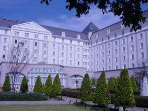 ホテル日航ハウステンボス:ホテル中庭は秋の花たちに囲まれ、秋の訪れを感じられる。