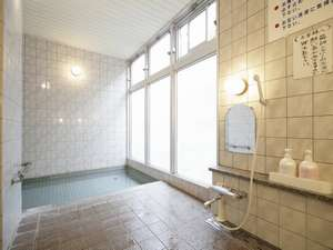 料理旅館 新和具荘:大浴場は泥炭素風呂。短時間で身体の芯まで温まり、全身の細胞を活性化して免疫力を高めるといわれます