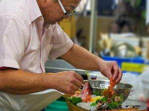 料理旅館 新和具荘:大将船盛をつくる