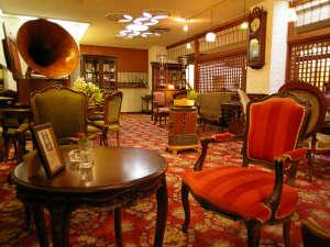 武雄温泉 大正浪漫の宿 京都屋:**【喫茶古都】アンティークな雑貨や家具が飾られた落ち着いた空間です