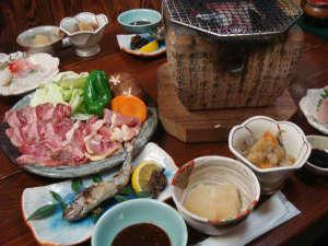 ペットと泊まれる離れの温泉宿 民宿水分村:*地鶏と黒毛和牛の炭火焼きがメインの田舎料理です