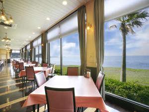 休暇村 館山:海を見ながら1日のスタートとなるご朝食をお楽しみください。