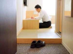 岡山ビューホテル:コンセプトルームでは靴を脱いで床に座っておくつろぎいただけます。(エコノミーを除く)