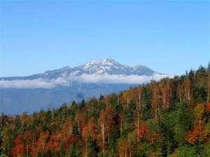 星降る里 濁河温泉 旅館御岳:チャオ周辺から望む乗鞍岳。例年、10月2~3週が紅葉のピークです。