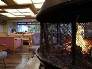 星降る里 濁河温泉 旅館御岳:玄関を入って右手にある暖炉。極寒の1~3月には火のぬくもりが有難く感じられます。