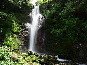 濁河温泉 旅館 御岳:御嶽山の山懐に流れ落ちる仙人滝。旅館から徒歩約30分の道のりです。