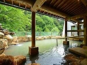 星降る宿  濁河温泉  旅館 御岳(りょかんおんたけ):女性用露天風呂。解放感溢れる露天風呂で、正面には女(め)の滝がご覧いただけます。