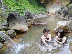 濁河温泉 旅館 御岳:混浴の渓谷露天風呂。バスタオル、湯あみ着、水着の着用必須です。