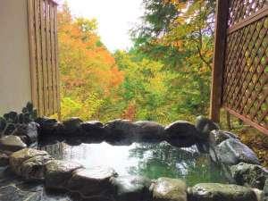 ペンション ユミィ:紅葉シーズンの貸切温泉露天風呂。10月下旬から11月上旬が見頃です。