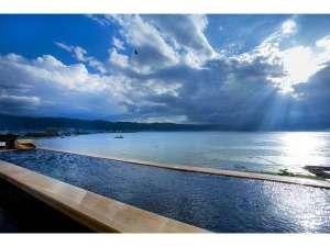 寛ぎの諏訪の湯宿 萃sui‐諏訪湖:展望混浴露天風呂。飲み物もご用意。諏訪湖を眺めながら寛ぎの時間を。