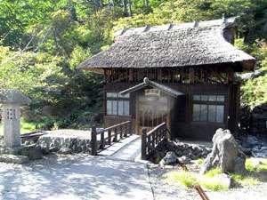 高湯温泉 旅館 玉子湯:茅葺屋根が懐かしい、湯小屋「玉子湯」です。
