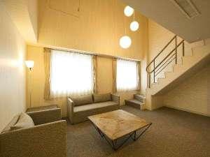 コートホテル旭川:メゾネットスイートリビングスペース(1)3名以上利用時はエキストラベッドが入ります。
