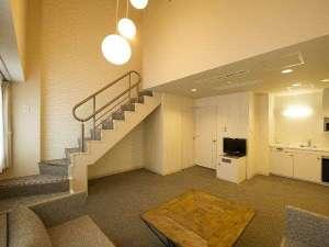 コートホテル旭川:メゾネットスイートリビングスペース(2)3名以上利用時はエキストラベッドが入ります。
