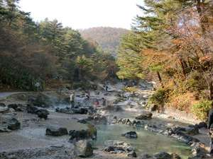 西の河原露天風呂へ通ずる温泉の川の遊歩道(杓凪華より徒歩10分)