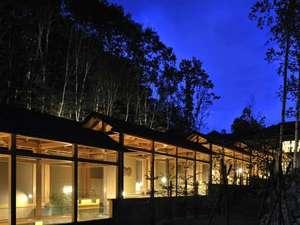 白金温泉郷 森の旅亭びえい:ライトアップされ幻想的な雰囲気を醸し出す離れ回廊