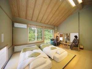 白金温泉郷 森の旅亭びえい:離れ棟客室:R105槐。天井が高く目前には白樺の森。高さ20センチのロー和ベッドを予めご用意。