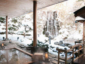 登別温泉 登別グランドホテル:情緒あふれる櫓の先にはにごり湯露天が。奥手にある高さ8mの滝を眺めながらの湯浴みは格別