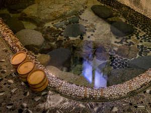 名泉鍵湯 奥津荘:湯船の底から自然に温泉が湧き出る全国的にも非常に稀で神秘的な温泉「鍵湯」
