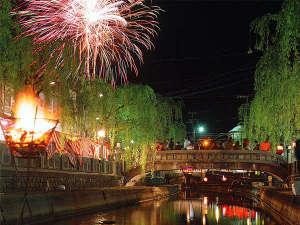 温泉街から眺める美しい夢花火