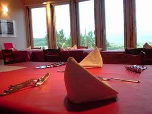 ラ・コリーナ:ディナー時のレストラン