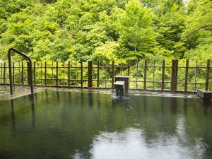 四季彩の宿 ふる里:緑に囲まれた女性露天風呂。
